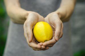Kenne deine Zitronen. Es kommt darauf an, seinen Körper zu kennen, um bei Veränderungen entsprechend reagieren zu können. Früh erkannt sind die Heilungschancen von Brustkrebs am besten.